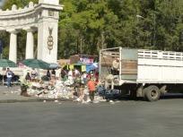 Un camion de basura, en el centro, medio