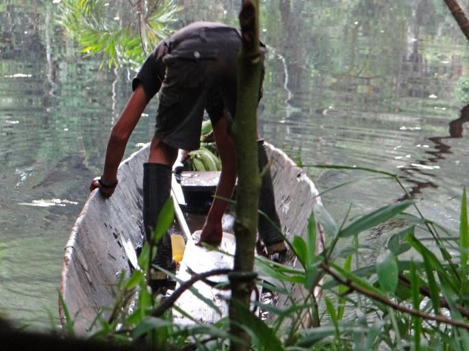 limpiando peces en canoaB